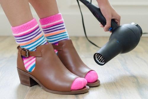 cách làm giày chật thành rộng 2